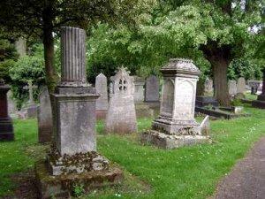 Фото. Сломанная колона на могиле