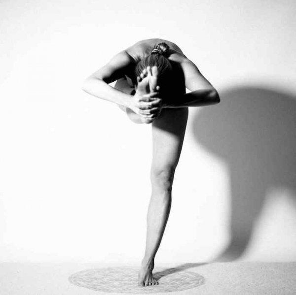 Фото. Голая девушка и йога