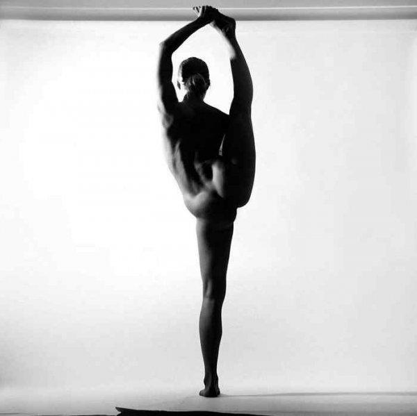 Фото. Огаленная девушка занимается йога