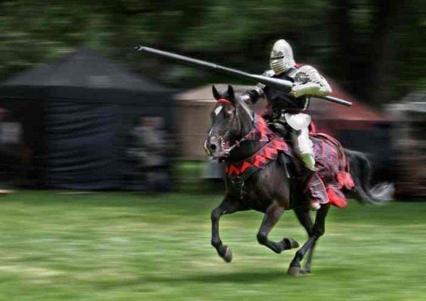 Фото. Рыцарь на коне