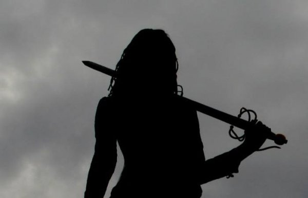Фото. Девушка с мечом