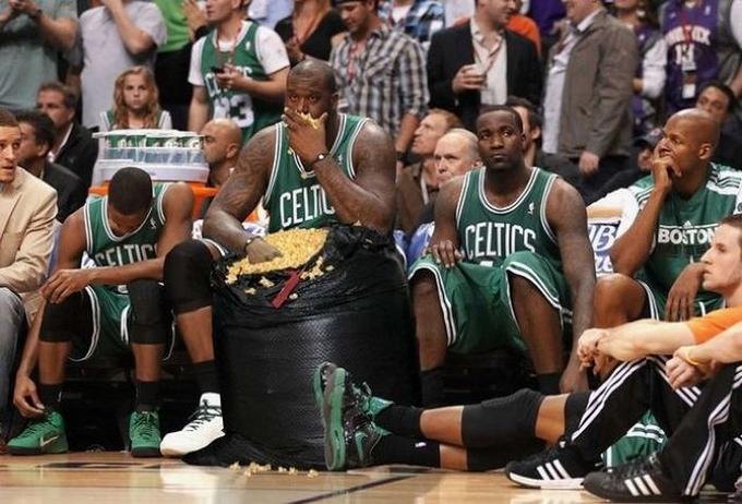 Бакетболист ест попкорн