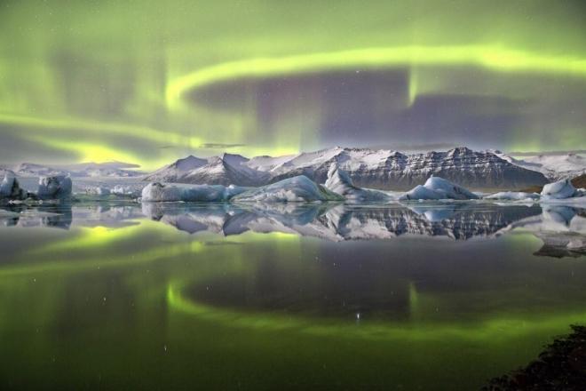 Фото. Солнечное сияние над ледниковым озером