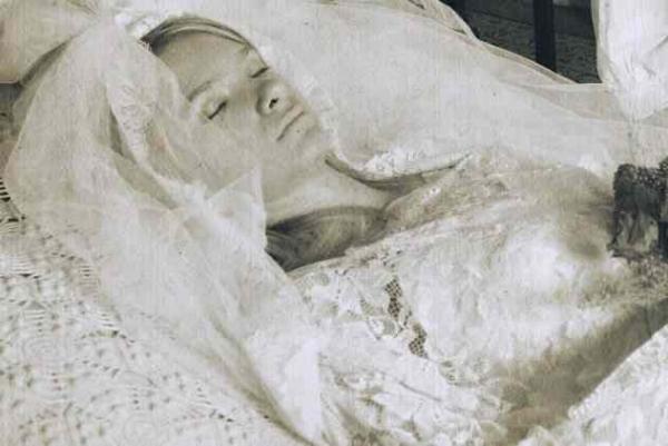 Фото. Умершая в свадебном платье