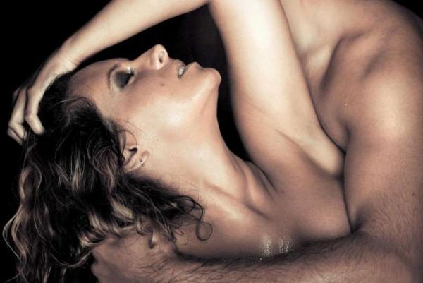 Фото. Парень обнимает девушку сзади