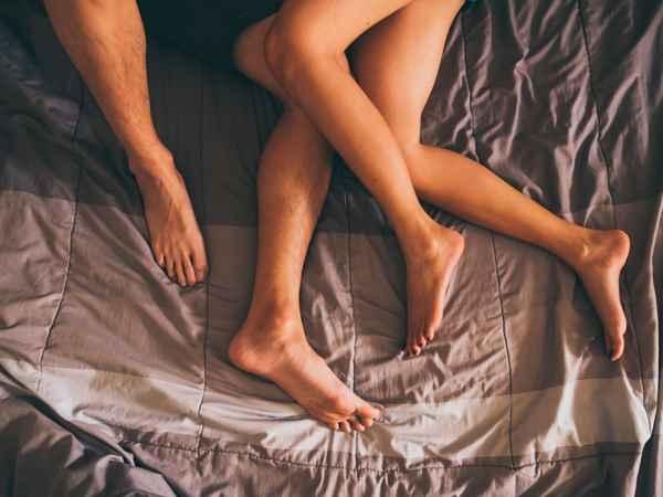 молодая пара в постели занимается сексом