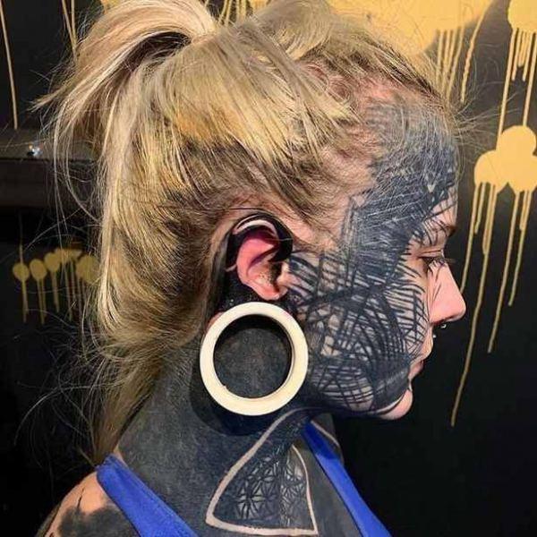 татуировки на голове девушки