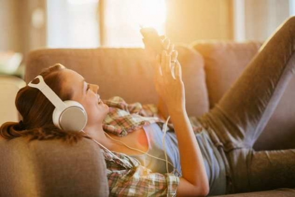 Фото. девушка слушает музыку