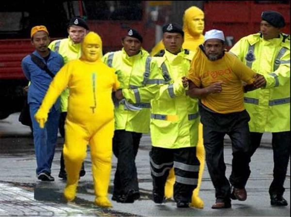 Фото. Протестующие в желтой одежде