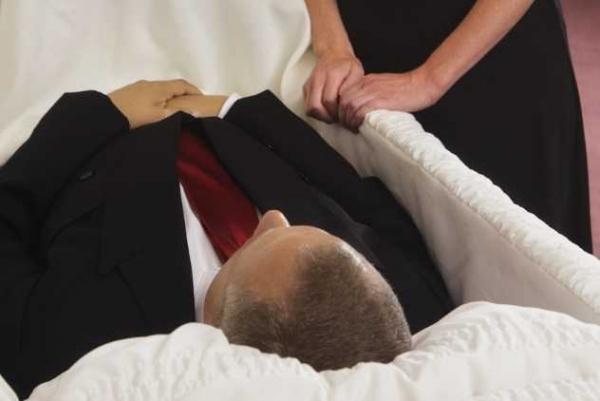 Фото. умерший в гробу