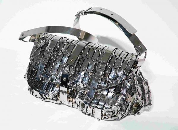 Женская сумочка из бритвенных лезвий