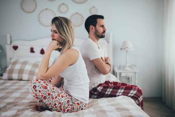Фото. Пара сидит на постели