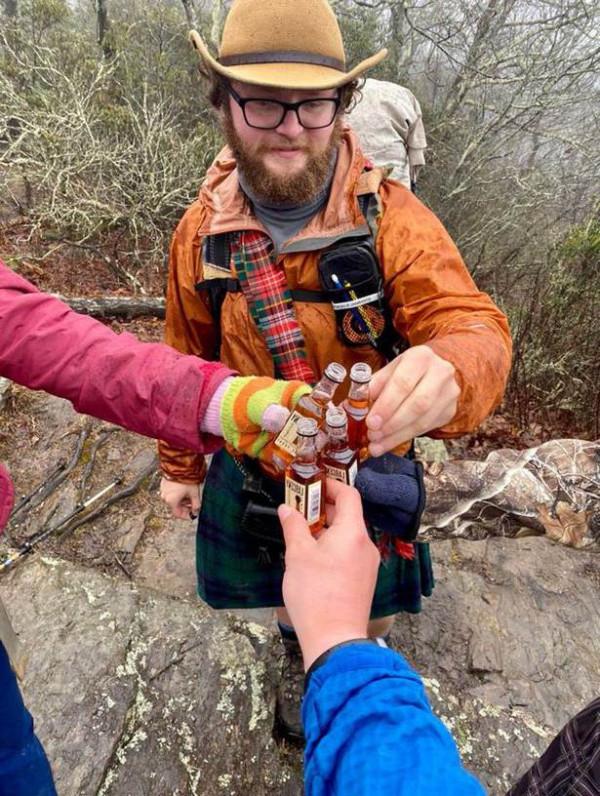 молодые чокаются бутылками