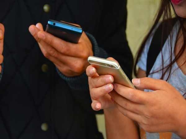 молодая пара с телефонами