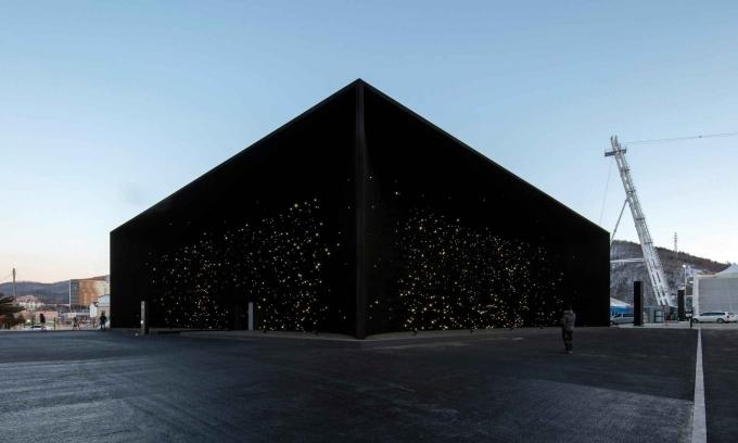 Фото. Идеально черное здание в Южной Корее
