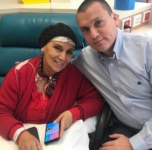 женщина больна раком среди семьи