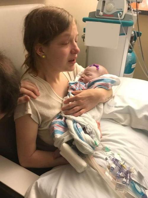 мама держит ребенка со слезами на глазах