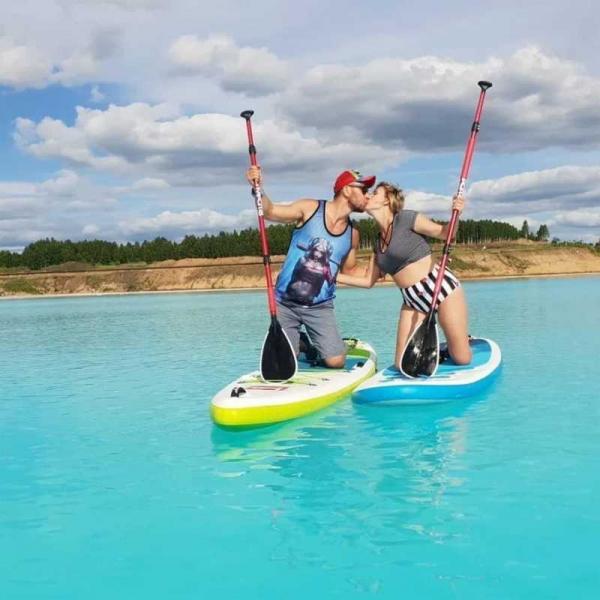 влюбленная пара на озере