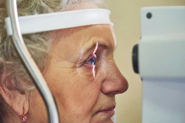 проверка зрения у женщины