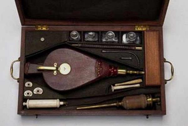 Фото. Инструменты для клизмы табачным дфмом