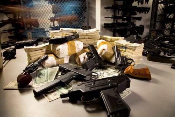 Фото. Деньги и оружие
