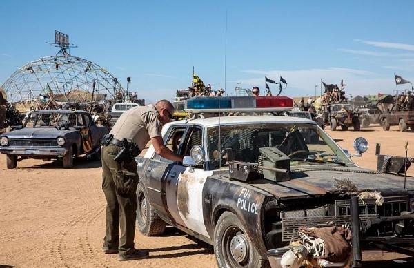 полицеский и его машина