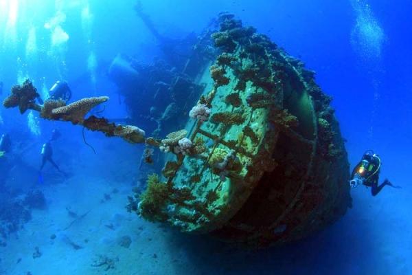 Фото. У затонувшего корабля