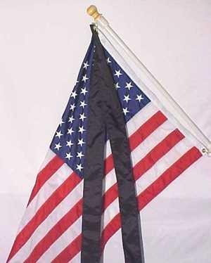 Фото. Флаг на время траура наклонен 45 градусов и повязана ленточка
