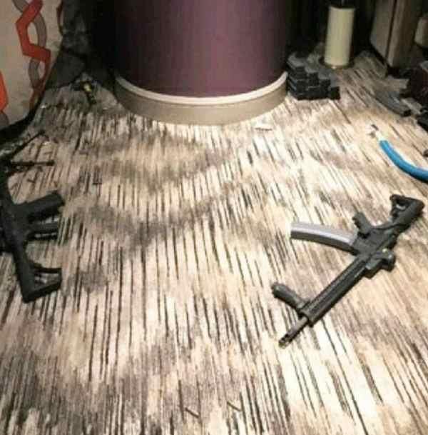 Фото. Разбросанное оружие в номере стрелка из Лас-Вегаса