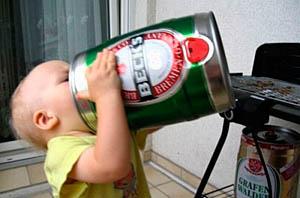 Фото. Малыш пьет пиво