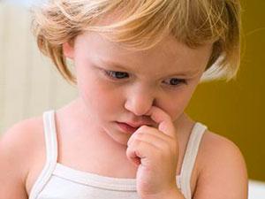 Фото. Девочка ковыряется в носу