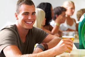 Фото. Молодой человек с пивом