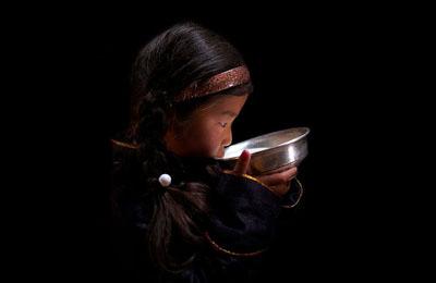 Фото. Девочка из Монголии пьет кобылье молоко