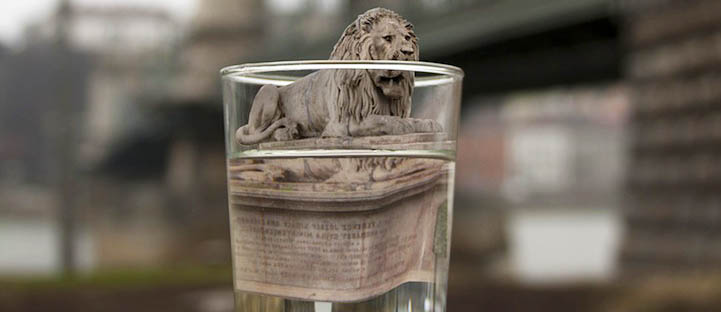 Фото. Памятники в воде