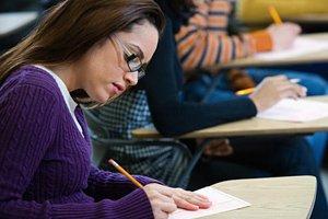 Фото. Девушка учится