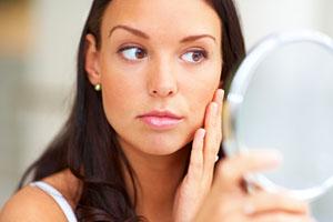 Фото. Женщина смотрится в зеркало