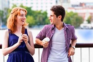 Фото. Девушка есть мороженое