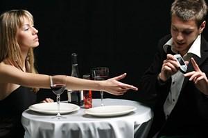 Парень не доверяет и смотрит в телефон