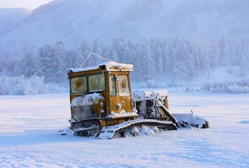 Зимний лес и оледеневший трактор