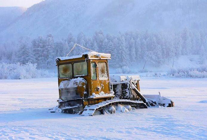 Фото. Трактор в снегу