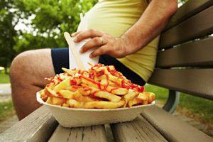Фото. Мужчина с тарелкой жареной картошки