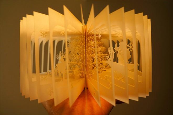 Фото Книга с вырезанными иллюстрациями веером.