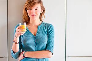 У девушки сок насыщен антиоксидантами