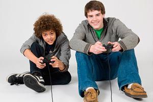 Фото. Два парня играют в видеоигру