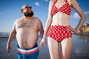 Фото. Маленький парень и высокая девушка