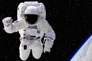 Астронавт летает возле Землм