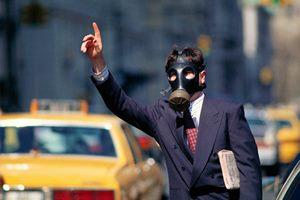 Фото. Парень голосует в загрязненном городе