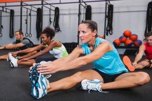 Фото. Девушки занимаются спортом в зале
