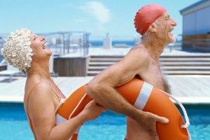 Фото. Возле бассейна ржут два пенсионера
