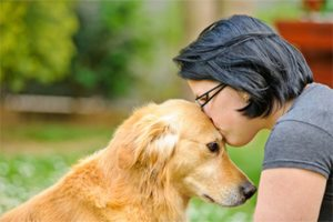 Девушка приласкала свою собаку